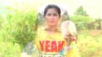 东南亚妇女做用猪肉和粉丝烧汤,清淡可口,味道很赞!