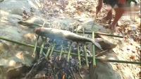 大叔河中抓鱼,用竹子烤着吃,好吃到站着吃不停