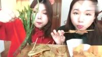 吃播大胃王:姐妹两在家吃炸串配甜辣酱,这吃相太可爱了!