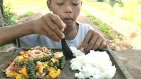 泰国小哥哥青椒炒鱿鱼,处理的真讲究,你们吃之前会这样处理吗?