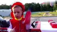 调皮小正太开着玩具消防小车模拟救援爸爸的奥迪