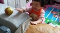 悦悦成长视频:悦悦和姥姥玩游戏,
