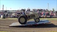 拖拉机在钢板上保持平横状态,是极大的耐性挑战