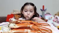 超萌小萝莉吃帝王蟹蟹腿,没有爸爸帮忙实在是太难了