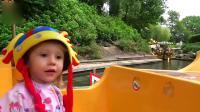 小萝莉在超级游乐园和巨人玩游戏