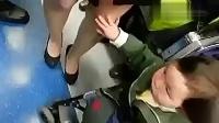 美女地铁上被色狼摸腿不反抗反配合