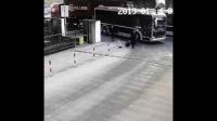 超车未遂被过路大货车碾压,监拍这一幕究竟谁是罪魁祸首!