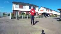 外国牛人发明弹跳鞋,最高可跳一米多,网友:弹射起步