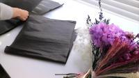 花艺插花视频教程韩式花束如何使用黑色包装纸制作花束2