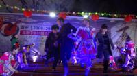 旅客与苗族姑娘跳竹杆舞