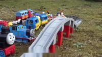 儿童玩具动画:玩具火车,迪斯尼汽车玩具火车在公园里奔跑!