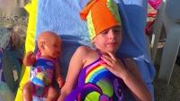 小萝莉带玩具娃娃去海边玩