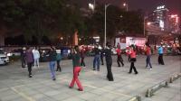 雪冰青春活力广场原创舞《一晃就老了》夜幕降临灯火下,大家尽情舞起来。