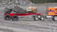 挖掘机越过泥泞路卡车在泥、水和砾石中工作(1)