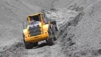 挖掘机越过泥泞路卡车在泥、水和砾石中工作(3)