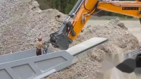挖掘机越过泥泞路卡车在泥、水和砾石中工作(4)