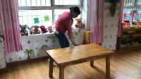 抚琴大地双语幼儿园保育员午餐前桌面消毒