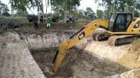 卡特彼勒320GC挖掘机在挖土
