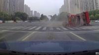 无锡突发:高浪路一渣土车将轿车压扁