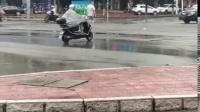 涵江圆圈十字路口红绿灯疑似因大雨故障,一行人自告奋勇指挥交通
