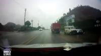 安汉大道货车与面包车追尾