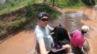 泰国骑大象竟然被困在水中