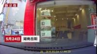 女子驾车撞向店铺 副驾男子绝望5连吼 女子:哪个哪个?