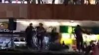 商场漏水 乐队演奏泰坦尼克 墨西哥一家商场楼层漏水了