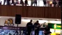 墨西哥一个商场楼层漏水了 结果现场乐队当即弹奏《泰坦尼克号》