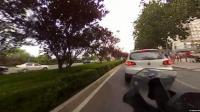 右转弯不让直行还加速刹车