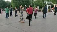 霭岚和本土老师快乐起舞