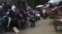 印度十余名学生公交车顶庆祝节日 结果公交车一脚急刹悲剧了