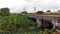 两列分别由广铁株段的HXD1C型电力机车牵引的货物列车在广州北站附近相遇