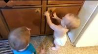 爆笑瞬间汇编搞笑儿童《双胞胎宝宝玩橡皮筋》