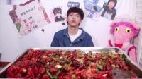 小伙模仿大胃王买了15斤小龙虾回家吃  吃到最后想吐了
