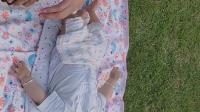 泡泡躺在草地上1