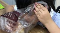 黄靖琪吃手撕面包