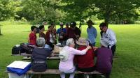 枫华老人联谊会歌友在公园唱歌《敢问路在何方》枫华小乐队伴奏20190629