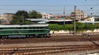 广铁广段的DF4型内燃机车牵引广州工务大修段的货物列车从郭塘站经过
