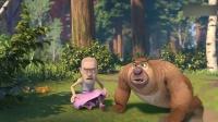 光头强和熊二被小狗玩,光头强居然把小狗抱到树上!光头强抱着小狗从树上摔了下来,光头强的假发和裙子都掉了!