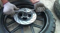银钢悍路者300偏三轮更换铝合金轮圈真空胎视频