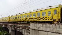 广铁株段的HXD1C型电力机车牵引广铁集团的救援列车从广州北站附近通过