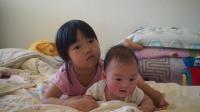 20190812听故事的姐姐和趴着玩的妹妹