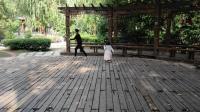 小果冻和外婆在公园玩