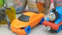 骑士蛋玩具拆出大黄蜂笔筒和组装玩具 叮当猫里面的小车车组装