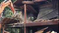 日立挖掘机在清拆工作