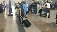 【北京北京】-------草根乐器牛人在机场现场演唱一曲