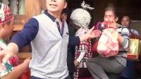 贵州凯里农村,妈妈给女儿穿上美丽的嫁衣,马上就要出门了!