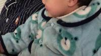 陈罗思航和爸爸早上起床看电视