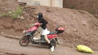 美女骑摩托爬坡2
